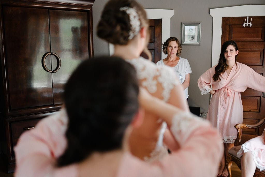 Mom seeing bride for the first time